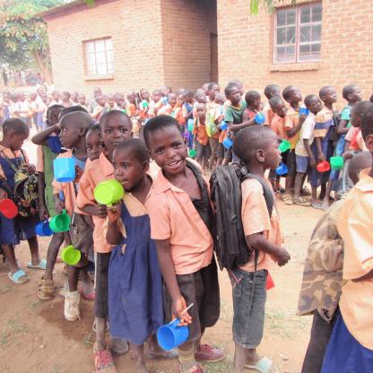 給食に並ぶマラウイの子どもたち