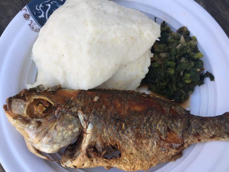 「シマ」と「魚のフライ」というマラウイの一般的な食事